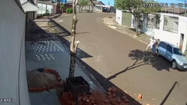 Carro de ladrões desce a rua sozinho durante assalto; assista