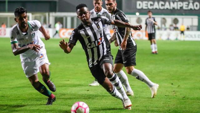 Atlético-MG empata com América-MG e vê Santos se aproximar