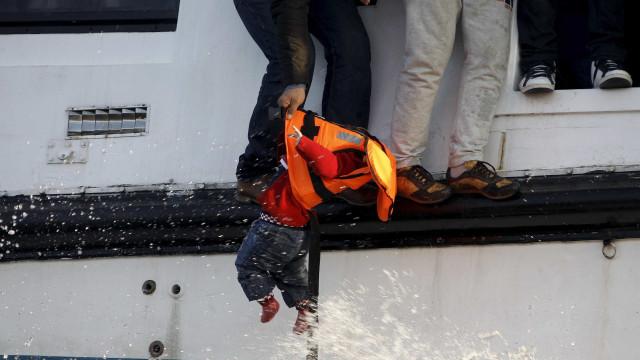 Navio brasileiro resgata refugiados sírios no Mediterrâneo