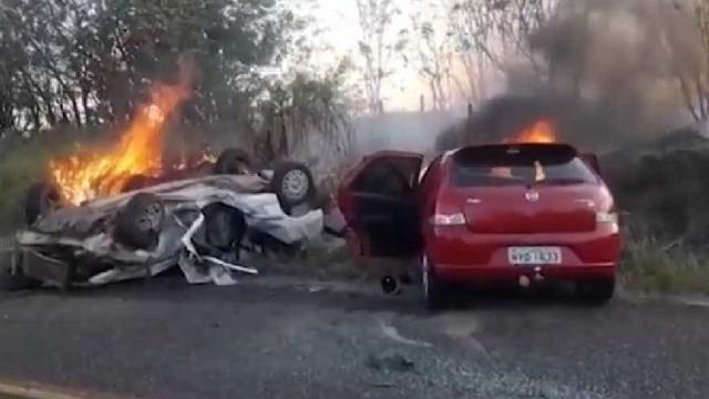 Avó e neto de 10 anos morrem em batida de carro na BA; 3 ficam feridos