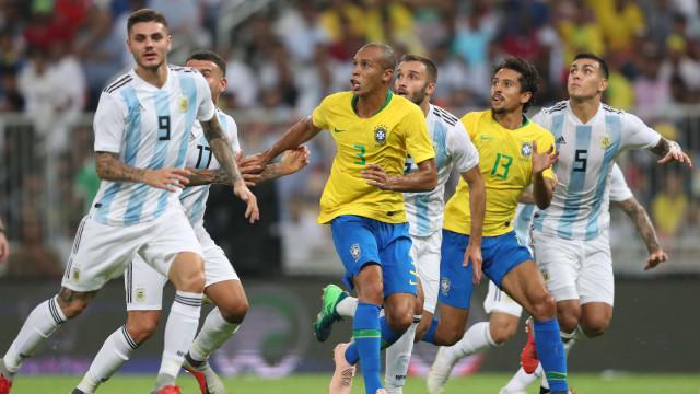 Brasil vence a Argentina com gol de Miranda aos 47 do segundo tempo