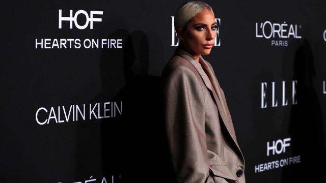 Lady Gaga anuncia noivado com agente durante evento nos EUA