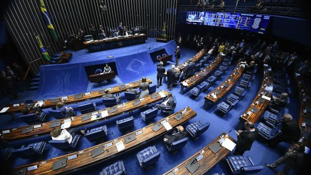 Não reeleitos 'desaparecem' e Senado sofre para conseguir quorum