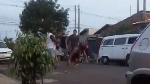 Mulher desmaia ao separar briga e ser atingida por paulada; vídeo