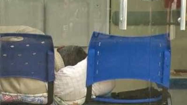 RJ: pacientes ficam internados em cadeiras de plástico em hospital