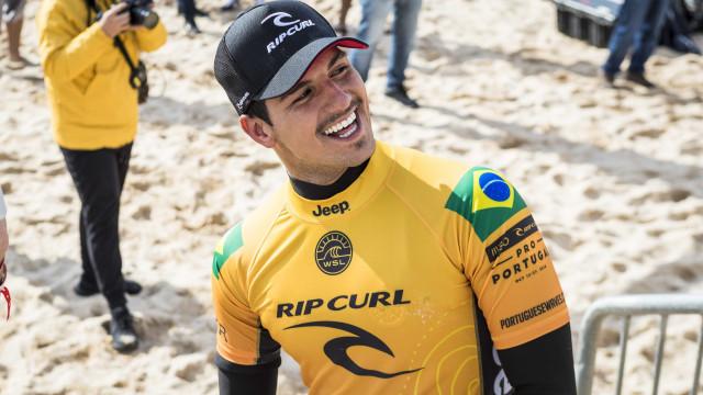 Medina cai na semi, e decisão do Mundial de surfe fica para o Havaí