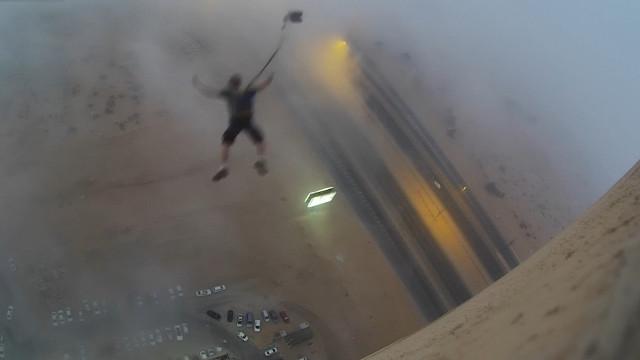 Homem salta de prédio só para comprar leite