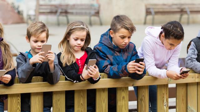 Mães controlam mais o uso de smartphones pelos filhos do que os pais
