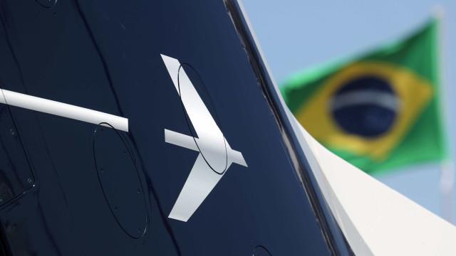 Ações da Embraer sobem com força após aval de Bolsonaro a acordo