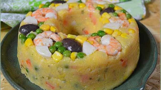 Aprenda a fazer cuscuz de legumes e camarão com óleo de coco