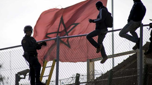 Mais de 200 imigrantes saltam muro que separa Marrocos da Espanha