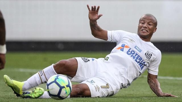 Santos arranca empate em erro bizarro e Inter perde vice do Brasileiro