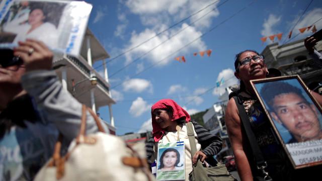 Com chuva e morte, caravana de imigrantes avança no México