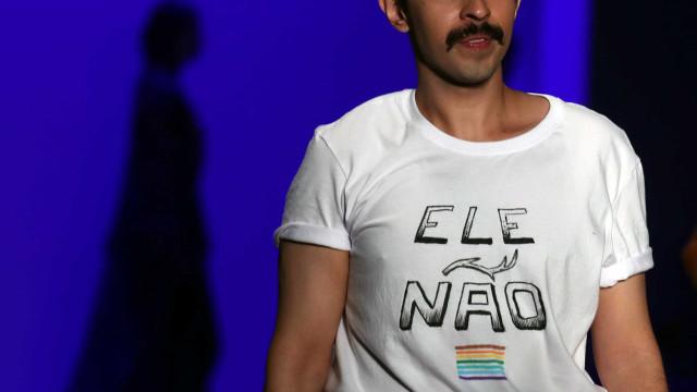 Estilista faz protesto contra Bolsonaro com camiseta 'EleNão' na SPFW