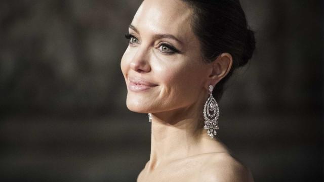 Angelina Jolie jogou todas as coisas de Brad Pitt no lixo