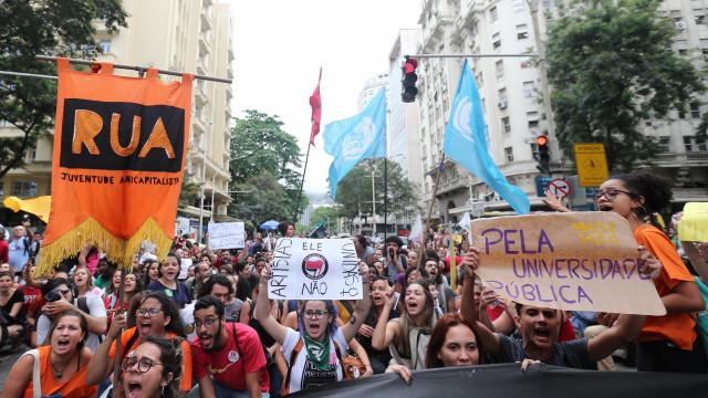 Estudantes protestam contra ações da Justiça Eleitoral em universidades