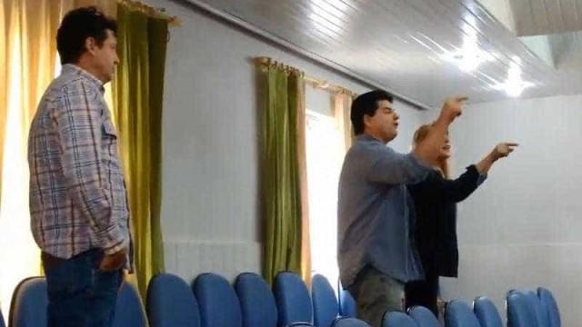 Fãs de Bolsonaro invadem assembleia de professores: 'Viva Pinochet'