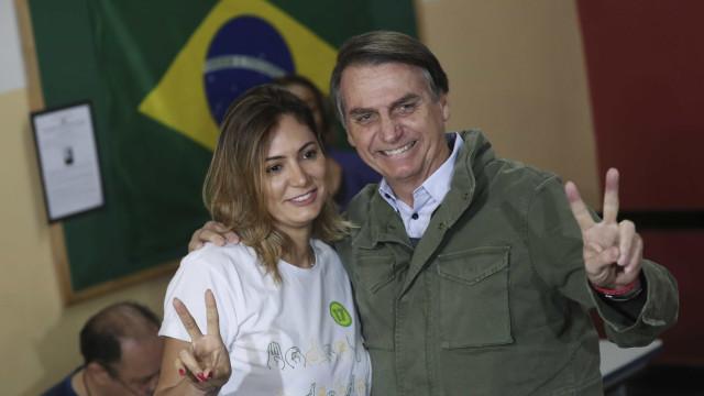 Michelle Bolsonaro traduz música para libras em culto evangélico