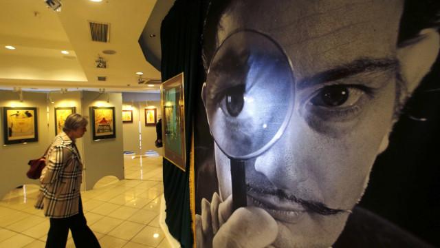 Vídeo: jovens danificam obra de Salvador Dalí ao fazer selfie em museu
