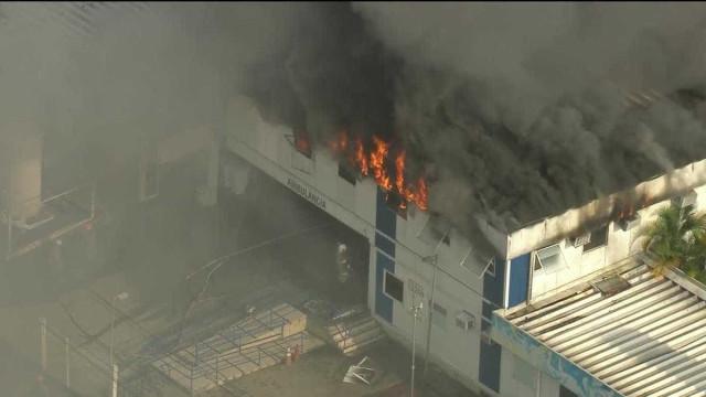 Incêndio de grandes proporções atinge hospital no Rio; três morrem