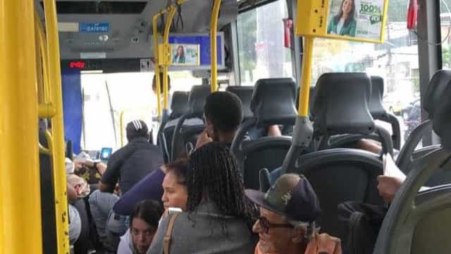 Passageiros se jogam no chão de BRT para se proteger de tiroteio no Rio