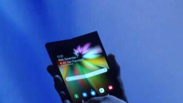 Samsung lança smartphone de tela dobrável