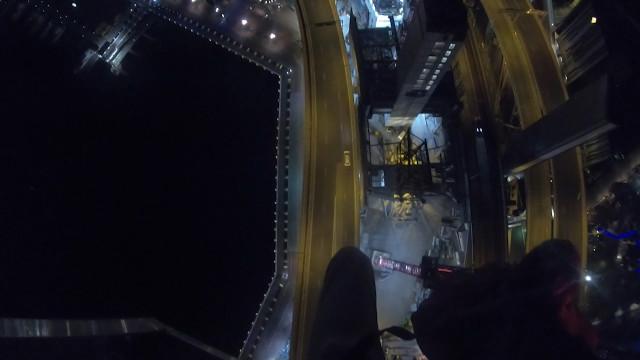 Homem salta de paraquedas em cima de estrada movimentada; veja