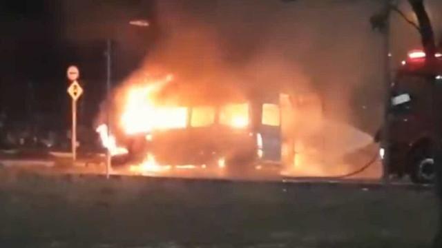 Van que transportava time de futebol pega fogo em Fortaleza