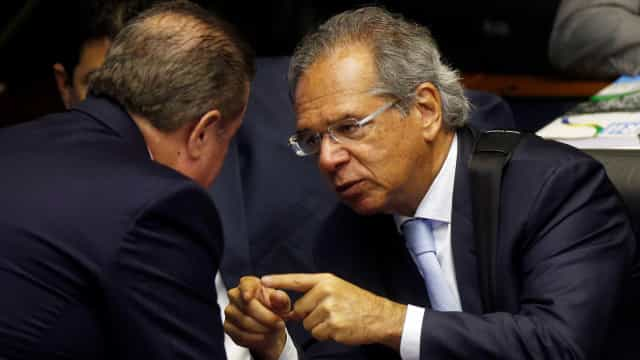 Paulo Guedes quer restringir reajuste a servidor