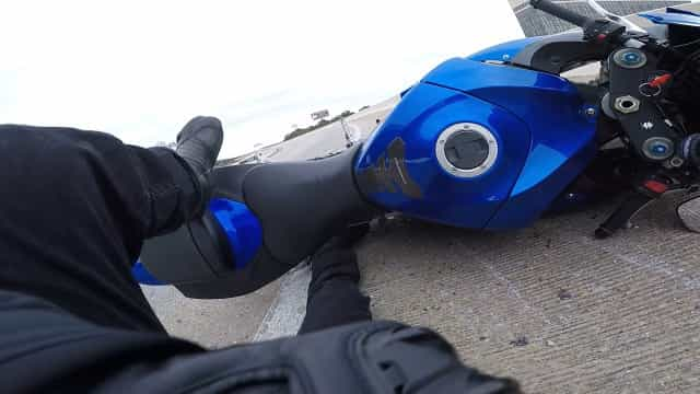 Motoqueiro em alta velocidade se choca contra barreira em rodovia