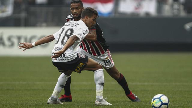 Corinthians e São Paulo empatam em clássico polêmico no Itaquerão