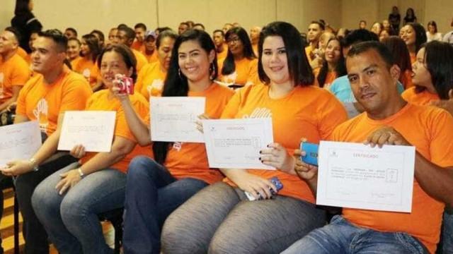 Cem venezuelanos se formam em cursos profisionalizantes em Manaus