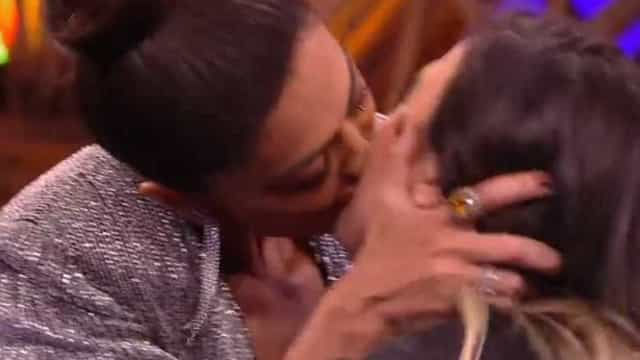 Ju Paes dá beijão de língua em Tatá Werneck: 'Não dou beijo técnico'
