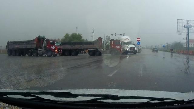 Motoristas de caminhão evitam acidente por um triz no Vietnã