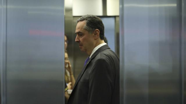 Barroso dá três dias para Bolsonaro explicar inconsistência em contas