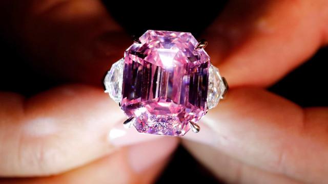 Leilão de diamante rosa bate recorde de US$ 50 milhões de dólares