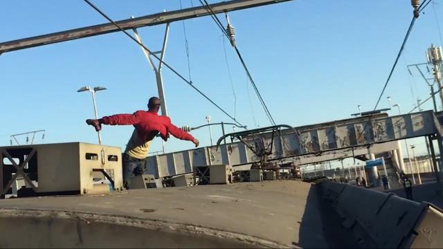 Homem desafia a morte em cima de um trem