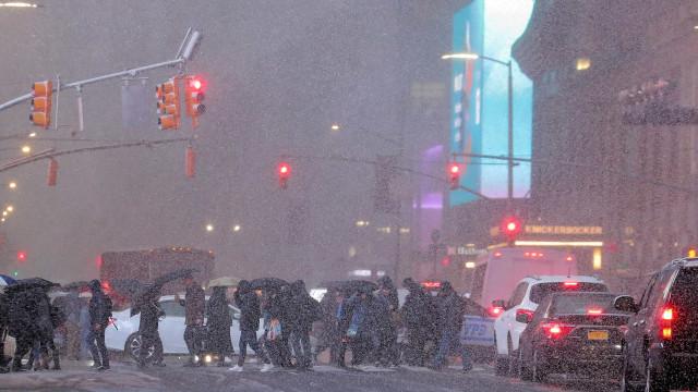 Neve em Nova York provoca caos no transporte público e trava a cidade