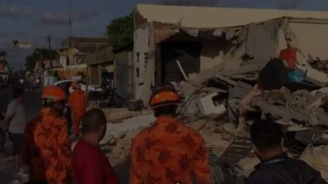 Imóvel desaba em Fortaleza e bebê de um ano é resgatado com vida