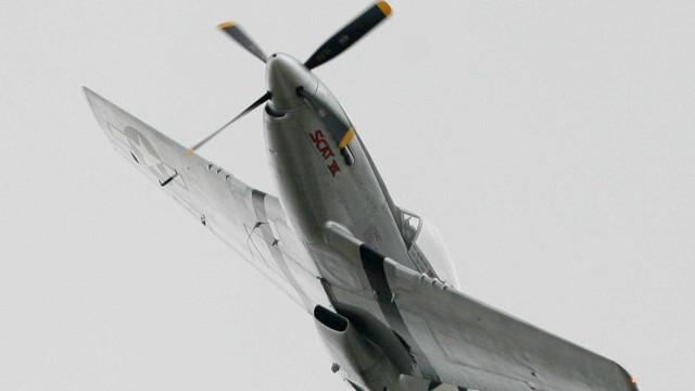 Avião da 2ª Guerra Mundial cai em estacionamento e deixa mortos nos EUA