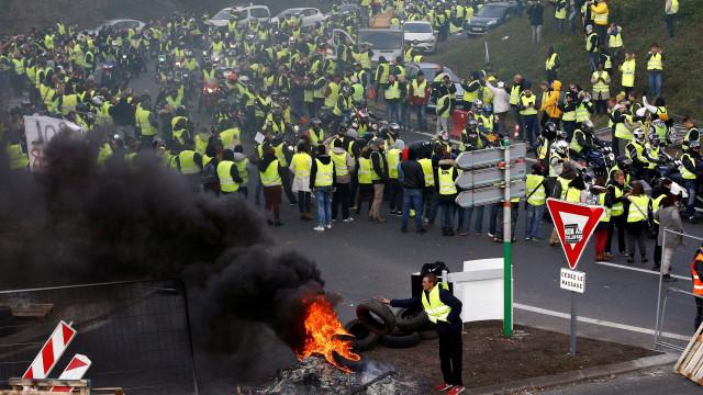 Protestos contra Macron deixam um morto e centenas de feridos na França