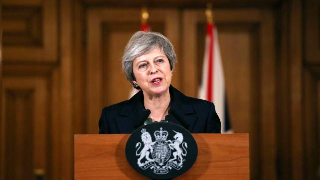 Theresa May diz que sua saída não deixará Brexit mais fácil