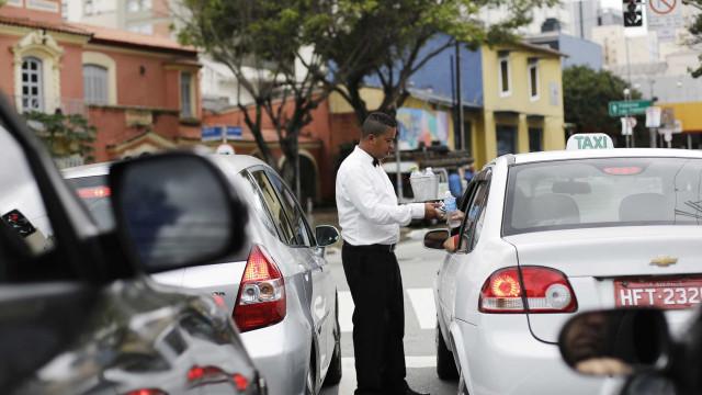 Taxista tem carro roubado após parar para socorrer vítimas de acidente