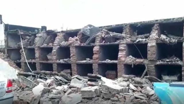 Muro de cemitério desaba e deixa caixões e cadáveres expostos em SP