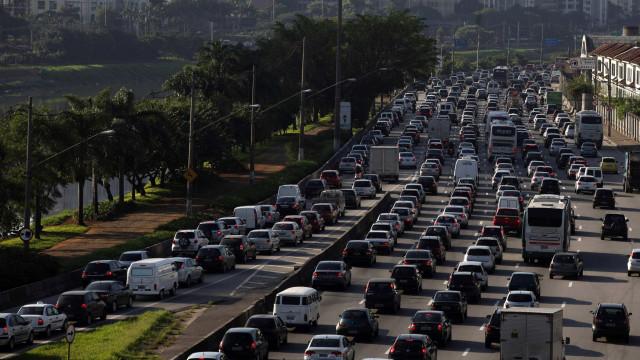 Com bloqueio na marginal, SP tem trânsito acima da média pós-feriado