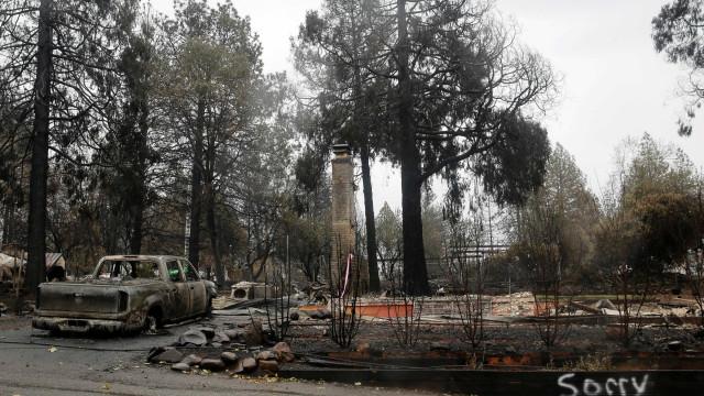 Com chuva, fogo que matou 84 na Califórnia é controlado