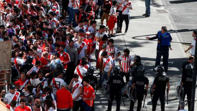 Torcida do River apedreja ônibus do Boca e atrasa final da Libertadores
