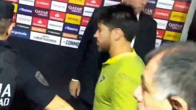 Ônibus do Boca Juniors é atacado e jogadores são levados para hospital