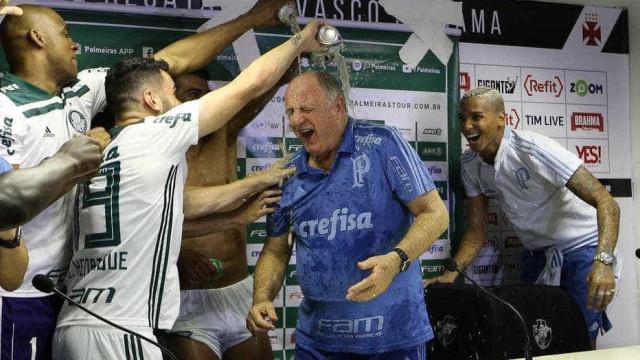 Jogadores do Palmeiras aprontam e invadem coletiva de Felipão