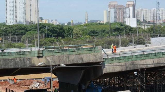 Prefeitura de SP começa a içar viaduto na marginal e interrompe trens